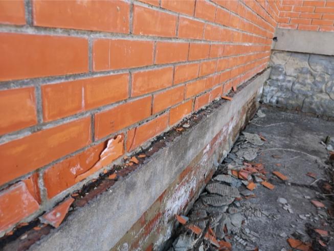 Разрушение облицовки стен и цоколя